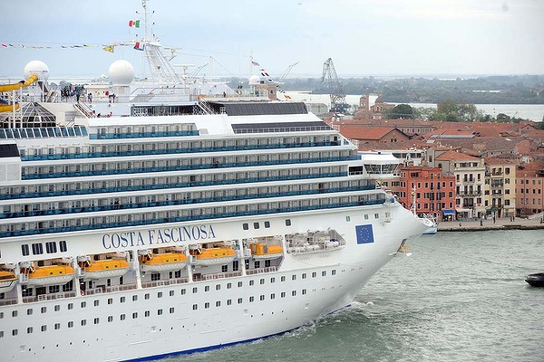 Passeggero di costa fascinosa trovato morto crazy cruises for Costa favolosa ponti