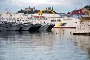 Pescherecci e traghetti nel porto di Ancona