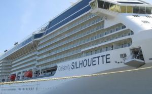 a_cagliari_migliaia_di_turisti_statunitensi_in_porto_la_nave_da_crociera_silhouette-0-0-400526