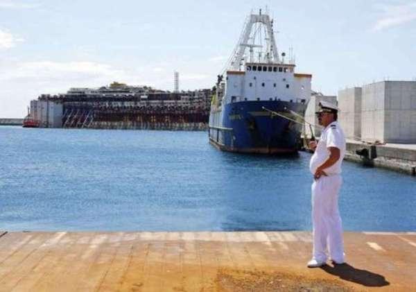 700_dettaglio2_La-concordia-conclude-il-suo-viaggio--nel-porto-di-Genova-Reuters