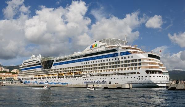 Le navire de croisière AIDAblu dans le port d'Ajaccio, Haute-Corse, France